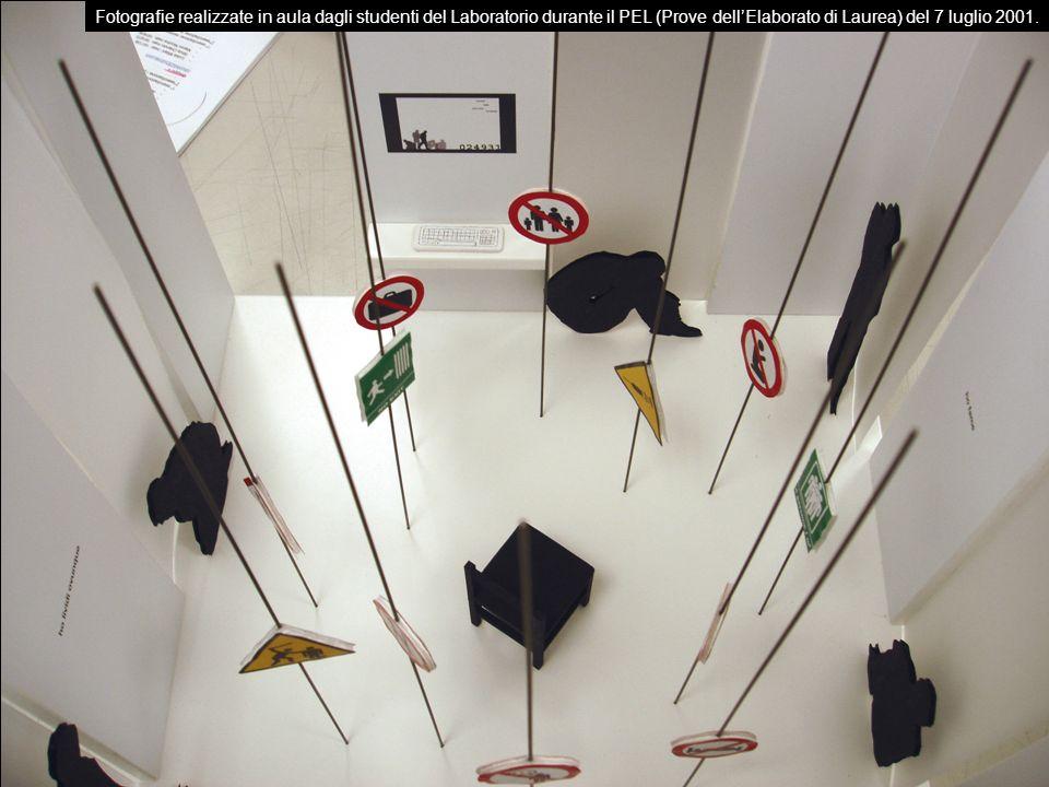 Fotografie realizzate in aula dagli studenti del Laboratorio durante il PEL (Prove dell'Elaborato di Laurea) del 7 luglio 2001.