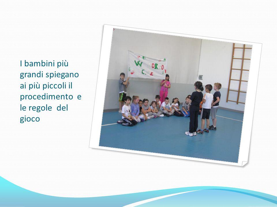I bambini più grandi spiegano ai più piccoli il procedimento e le regole del gioco