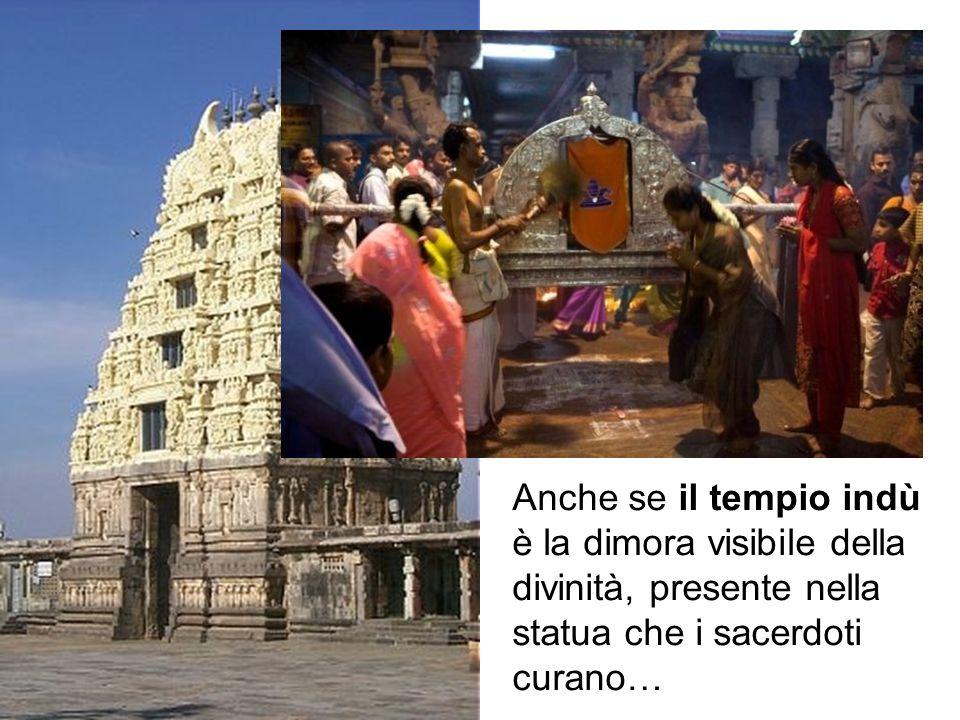 Anche se il tempio indù è la dimora visibile della divinità, presente nella statua che i sacerdoti curano, l'induismo conserva sempre l'impronta panteista.