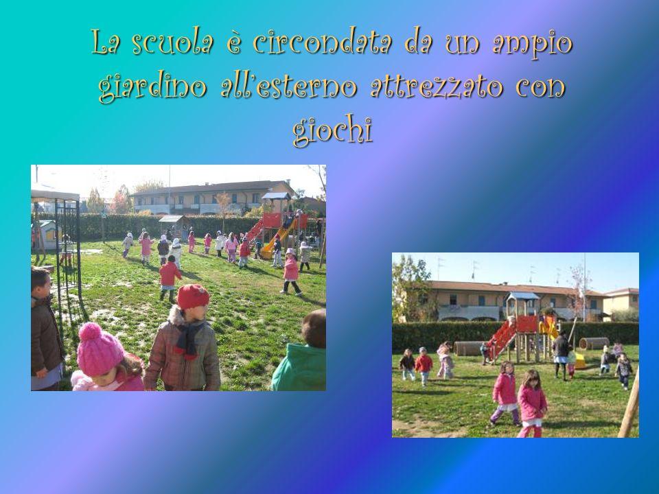 La scuola è circondata da un ampio giardino all'esterno attrezzato con giochi
