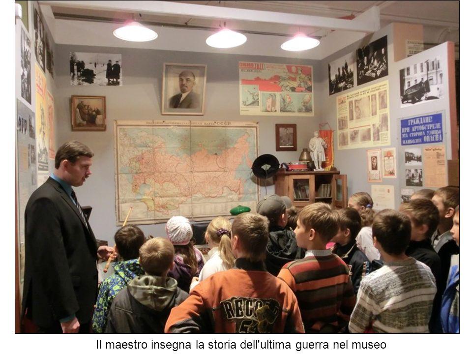 Il maestro insegna la storia dell ultima guerra nel museo