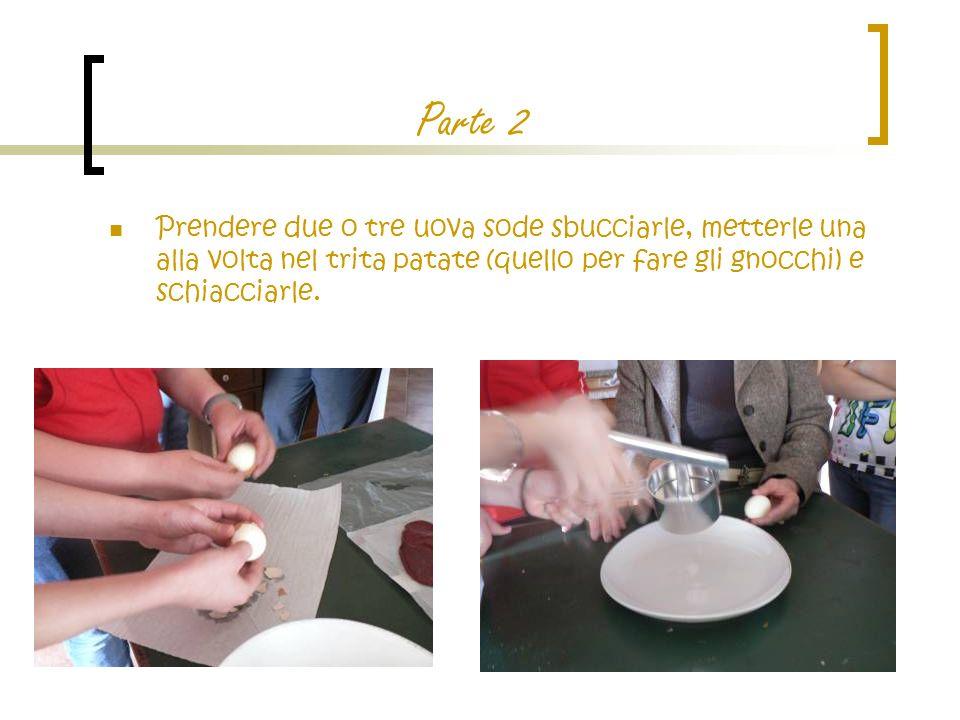 Parte 2 Prendere due o tre uova sode sbucciarle, metterle una alla volta nel trita patate (quello per fare gli gnocchi) e schiacciarle.