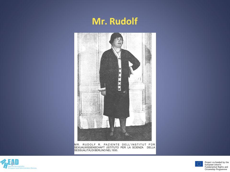 Mr. Rudolf Mostra e commenta la foto di Mr.Rudolf, diventata Dora dopo gli interventi chirurgici (1920, 1930).