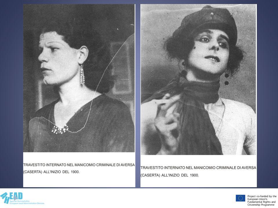 Mostra e commenta le foto, evidenziando il fatto che queste persone, come molte altre negli stessi anni, venivano stigmatizzate e detenute in manicomi criminali perché si travestivano o esprimevano un identità di genere femminile.