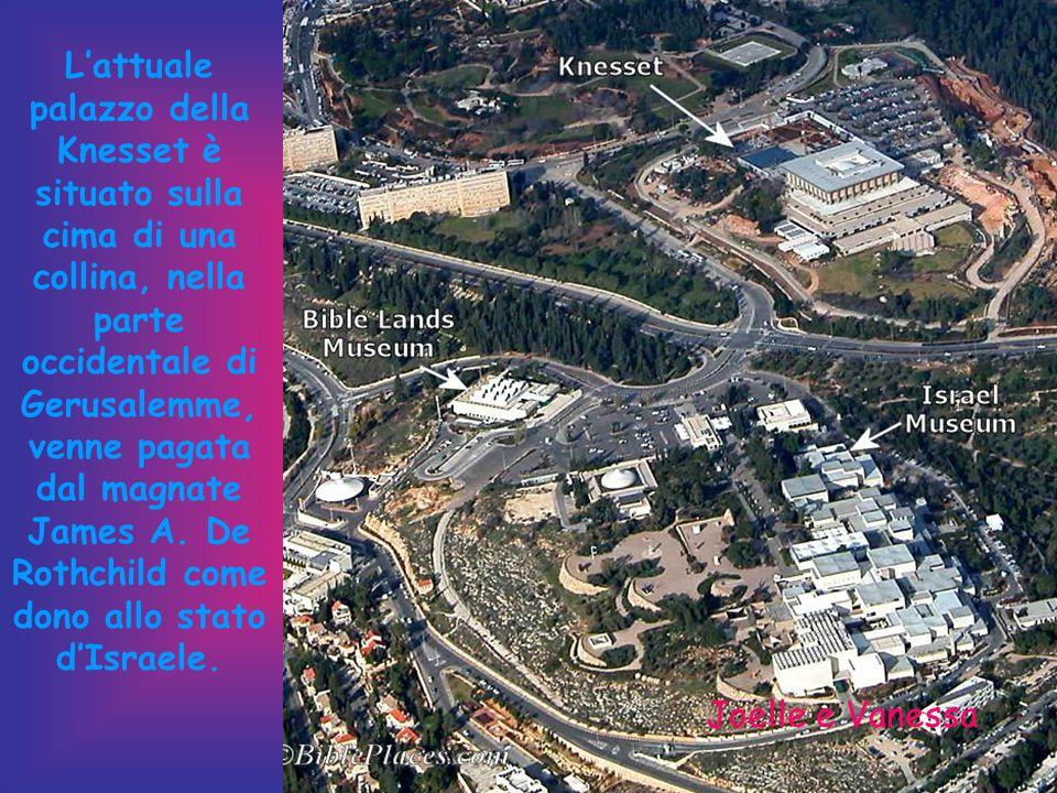 L'attuale palazzo della Knesset è situato sulla cima di una collina, nella parte occidentale di Gerusalemme, venne pagata dal magnate James A. De Rothchild come dono allo stato d'Israele.