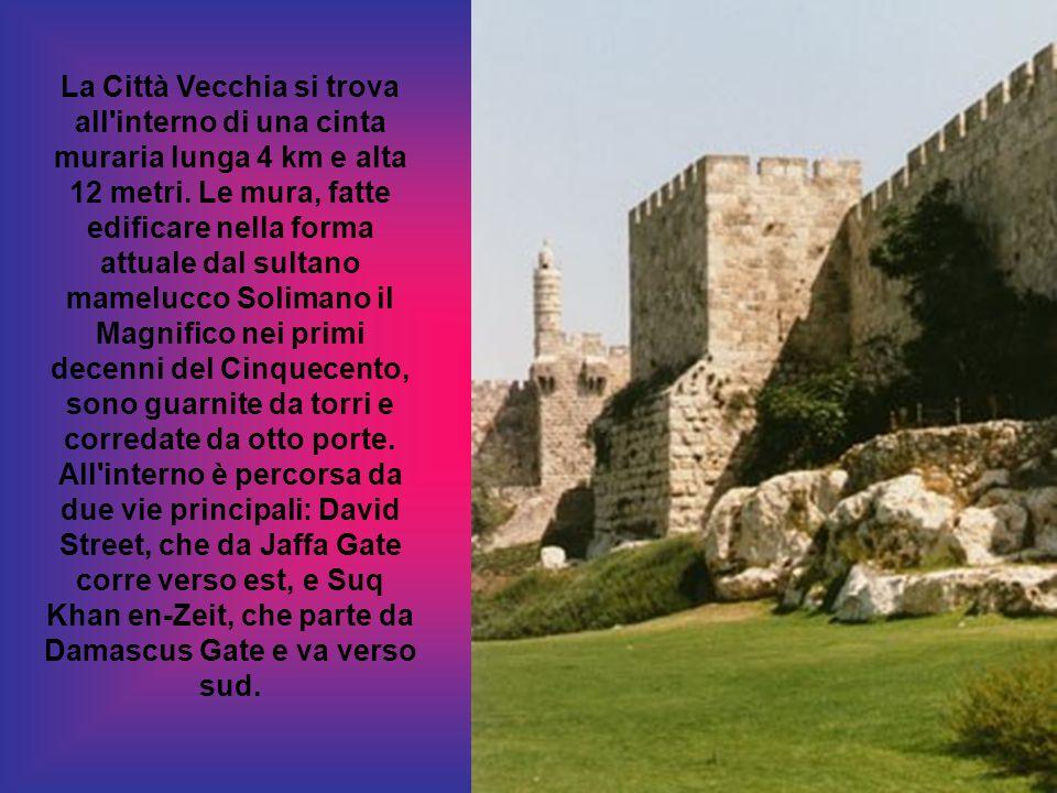 La Città Vecchia si trova all interno di una cinta muraria lunga 4 km e alta 12 metri.