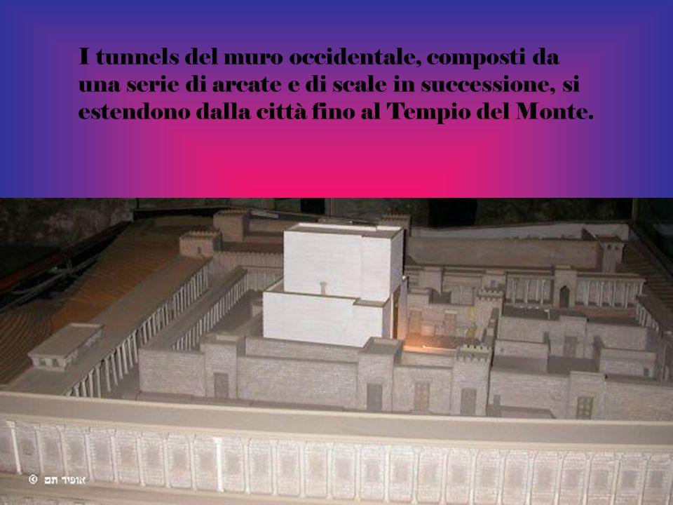 I tunnels del muro occidentale, composti da una serie di arcate e di scale in successione, si estendono dalla città fino al Tempio del Monte.