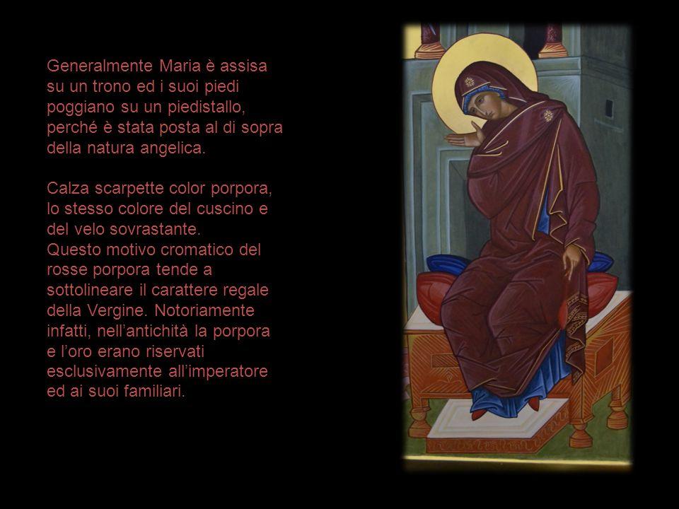 Generalmente Maria è assisa su un trono ed i suoi piedi poggiano su un piedistallo, perché è stata posta al di sopra della natura angelica.
