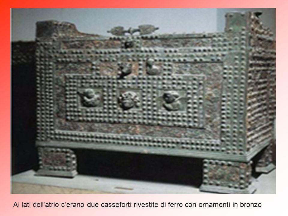 Ai lati dell atrio c'erano due casseforti rivestite di ferro con ornamenti in bronzo