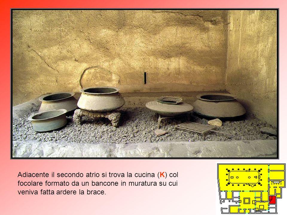 Adiacente il secondo atrio si trova la cucina (K) col focolare formato da un bancone in muratura su cui veniva fatta ardere la brace.
