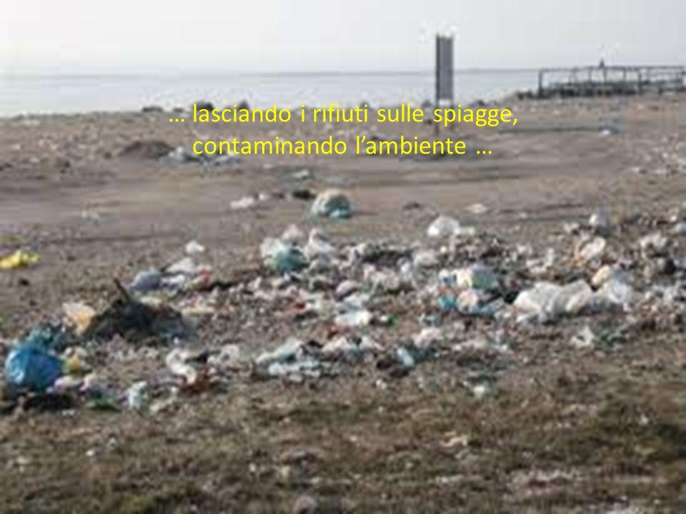 … lasciando i rifiuti sulle spiagge, contaminando l'ambiente …