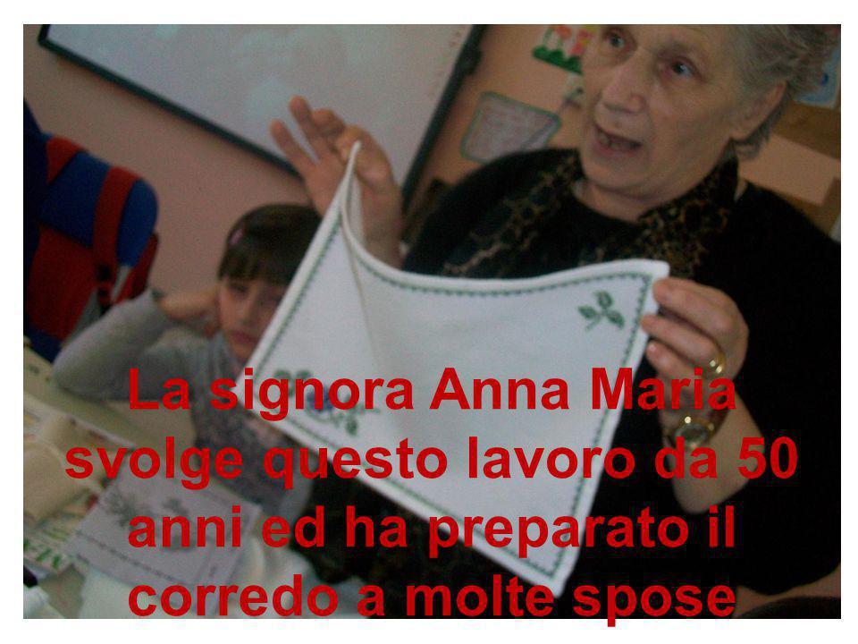 La signora Anna Maria svolge questo lavoro da 50 anni ed ha preparato il corredo a molte spose