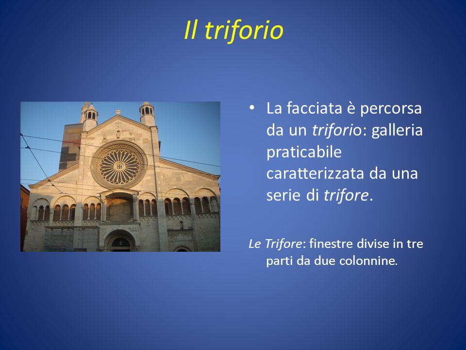 Il triforio La facciata è percorsa da un triforio: galleria praticabile caratterizzata da una serie di trifore.