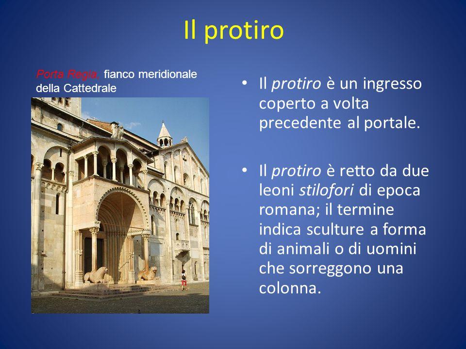 Il protiro Porta Regia, fianco meridionale della Cattedrale. Il protiro è un ingresso coperto a volta precedente al portale.