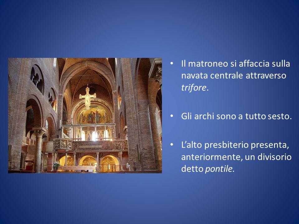 Il matroneo si affaccia sulla navata centrale attraverso trifore.