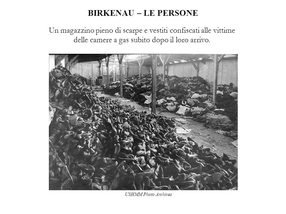 BIRKENAU – LE PERSONE Un magazzino pieno di scarpe e vestiti confiscati alle vittime delle camere a gas subito dopo il loro arrivo.