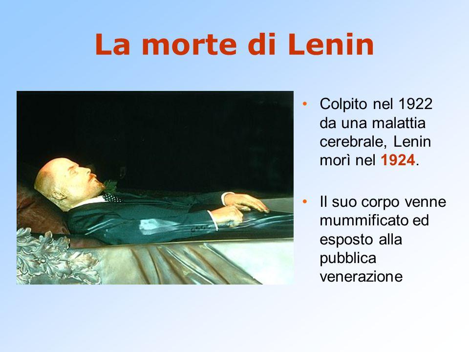 La morte di Lenin Colpito nel 1922 da una malattia cerebrale, Lenin morì nel 1924.