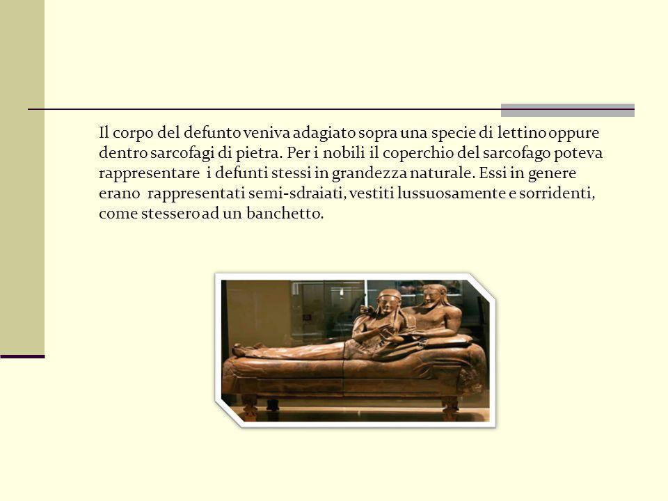 Il corpo del defunto veniva adagiato sopra una specie di lettino oppure dentro sarcofagi di pietra.