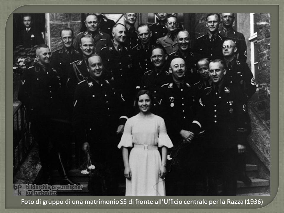 Ficio central Foto di gruppo di una matrimonio SS di fronte all'Ufficio centrale per la Razza (1936)