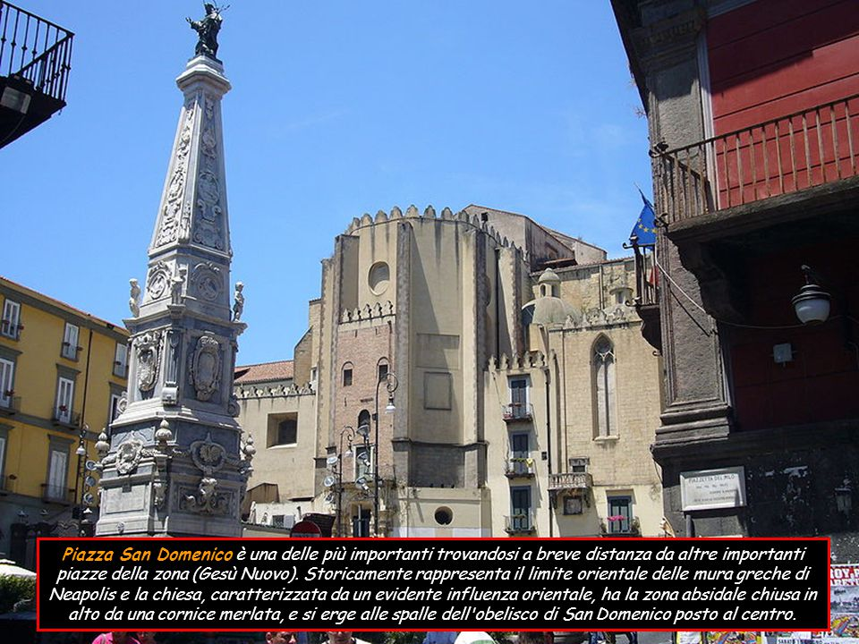 Piazza San Domenico è una delle più importanti trovandosi a breve distanza da altre importanti piazze della zona (Gesù Nuovo).