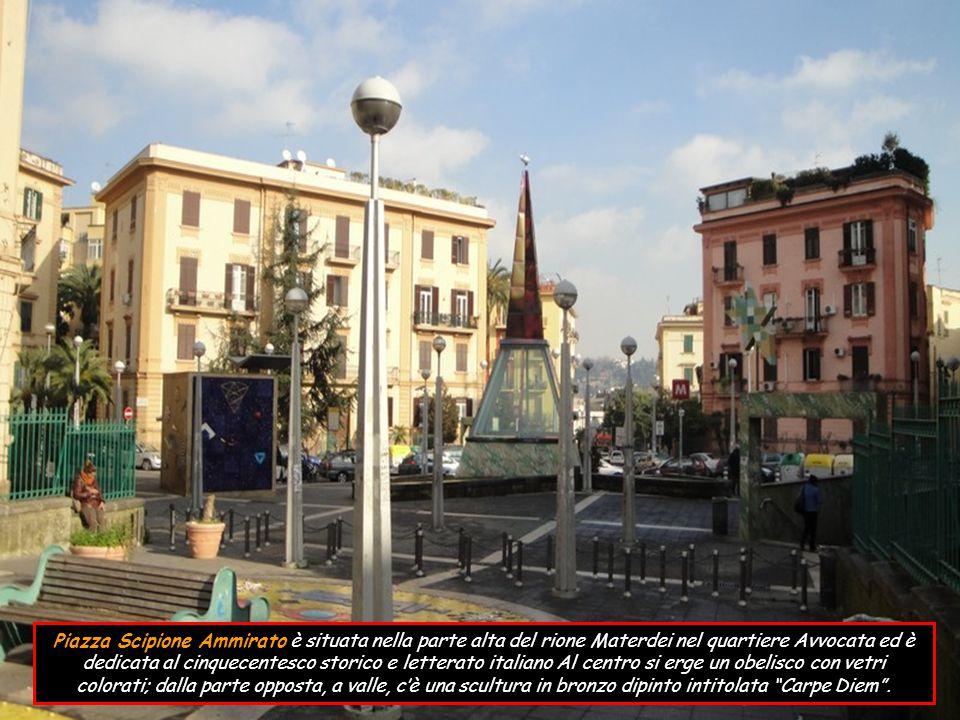 Piazza Scipione Ammirato è situata nella parte alta del rione Materdei nel quartiere Avvocata ed è dedicata al cinquecentesco storico e letterato italiano Al centro si erge un obelisco con vetri colorati; dalla parte opposta, a valle, c'è una scultura in bronzo dipinto intitolata Carpe Diem .