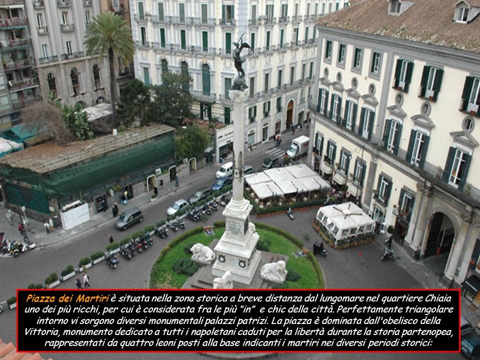 Piazza dei Martiri è situata nella zona storica a breve distanza dal lungomare nel quartiere Chiaia uno dei più ricchi, per cui è considerata fra le più in e chic della città.