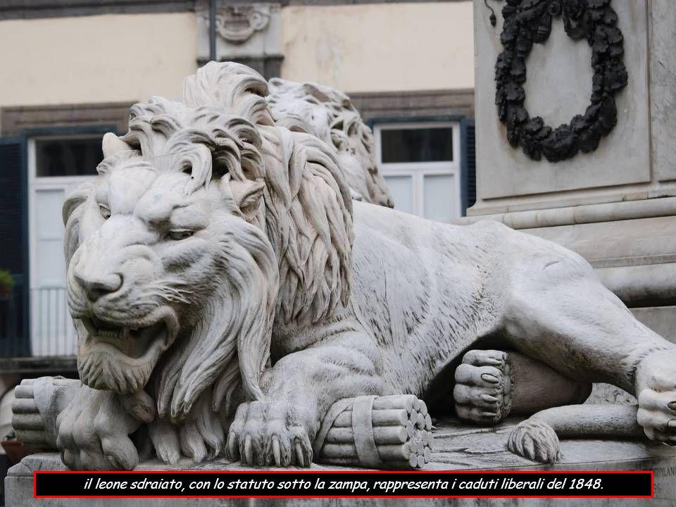 il leone sdraiato, con lo statuto sotto la zampa, rappresenta i caduti liberali del 1848.