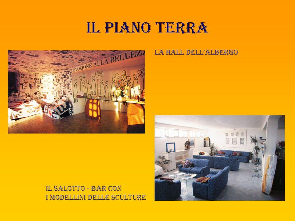 il piano terra La hall dell'albergo Il salotto - bar con