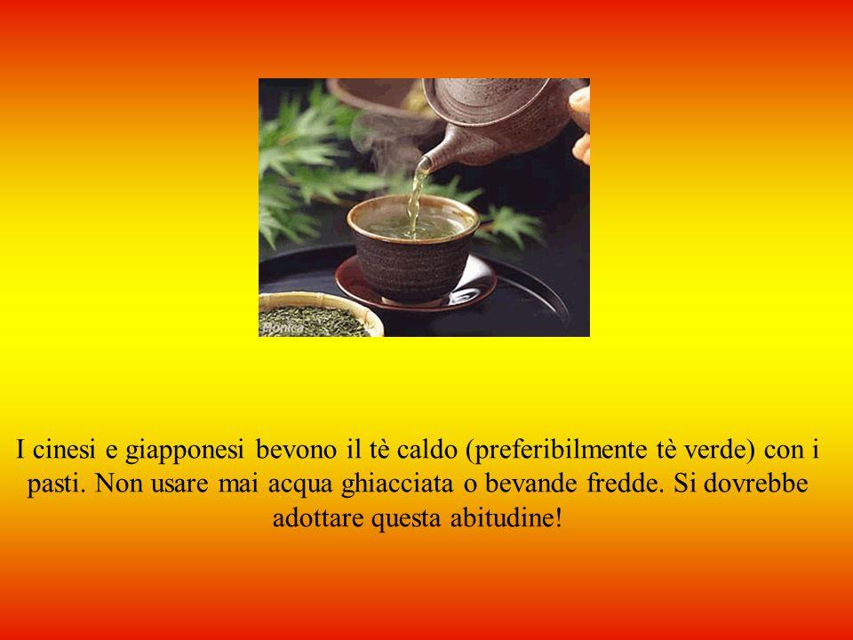 I cinesi e giapponesi bevono il tè caldo (preferibilmente tè verde) con i pasti.
