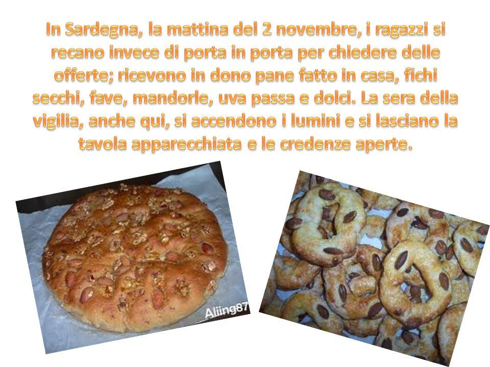 In Sardegna, la mattina del 2 novembre, i ragazzi si recano invece di porta in porta per chiedere delle offerte; ricevono in dono pane fatto in casa, fichi secchi, fave, mandorle, uva passa e dolci.