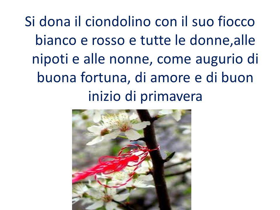 Si dona il ciondolino con il suo fiocco bianco e rosso e tutte le donne,alle nipoti e alle nonne, come augurio di buona fortuna, di amore e di buon inizio di primavera