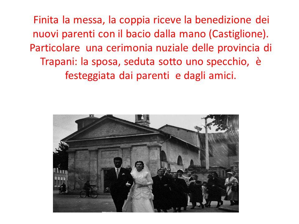 Finita la messa, la coppia riceve la benedizione dei nuovi parenti con il bacio dalla mano (Castiglione).