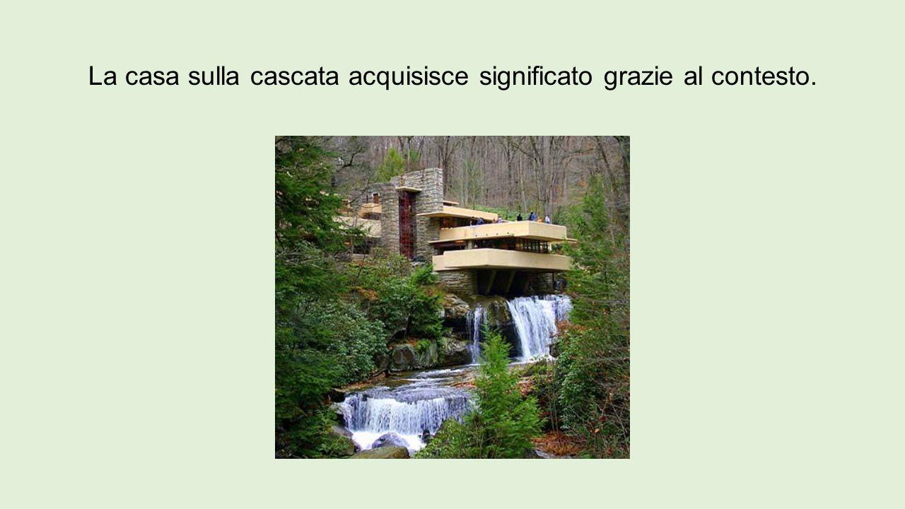 La casa sulla cascata acquisisce significato grazie al contesto.