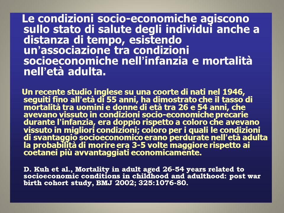 Le condizioni socio-economiche agiscono sullo stato di salute degli individui anche a distanza di tempo, esistendo un'associazione tra condizioni socioeconomiche nell'infanzia e mortalità nell'età adulta.