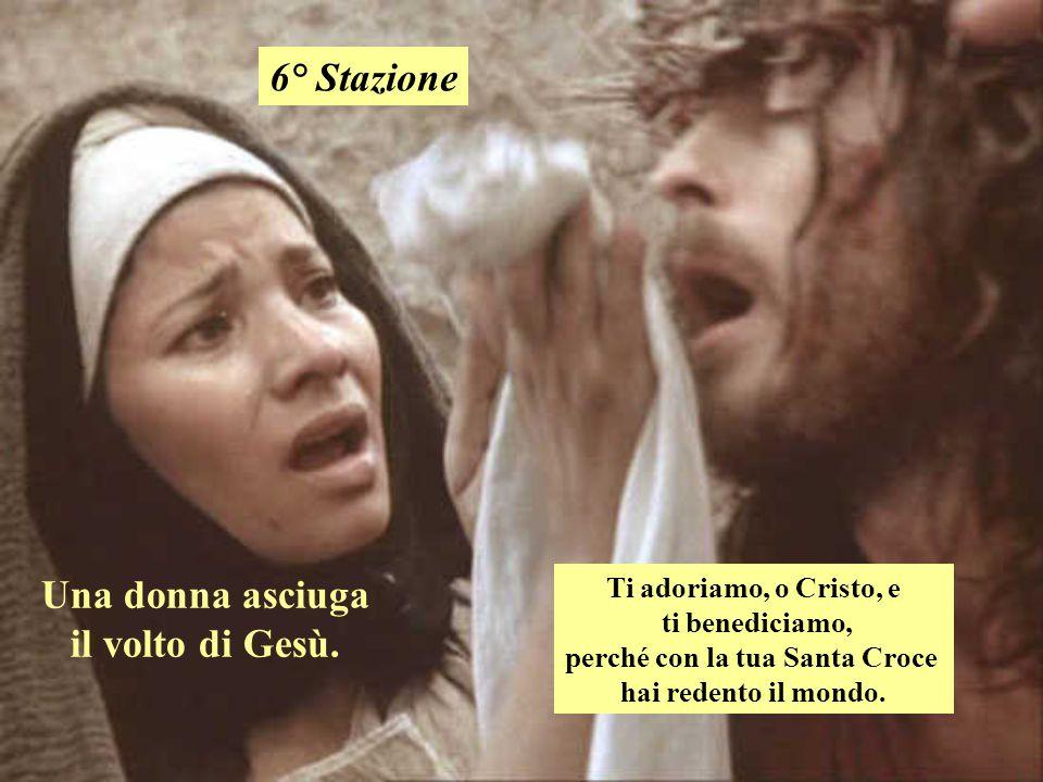 Una donna asciuga il volto di Gesù. perché con la tua Santa Croce