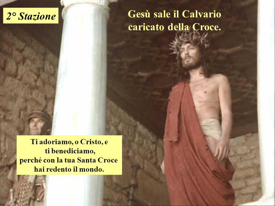 Gesù sale il Calvario caricato della Croce.