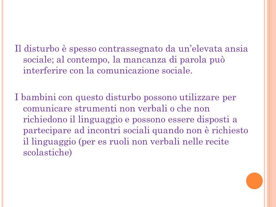 Il disturbo è spesso contrassegnato da un'elevata ansia sociale; al contempo, la mancanza di parola può interferire con la comunicazione sociale.