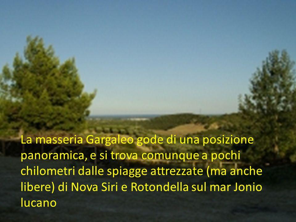 La masseria Gargaleo gode di una posizione panoramica, e si trova comunque a pochi chilometri dalle spiagge attrezzate (ma anche libere) di Nova Siri e Rotondella sul mar Jonio lucano