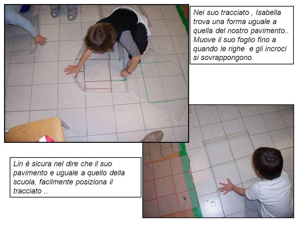 Nel suo tracciato , Isabella trova una forma uguale a quella del nostro pavimento.. Muove il suo foglio fino a quando le righe e gli incroci si sovrappongono.