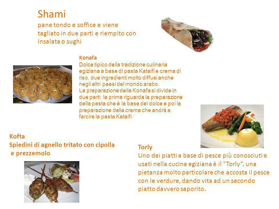 Shami pane tondo e soffice e viene tagliato in due parti e riempito con insalata o sughi