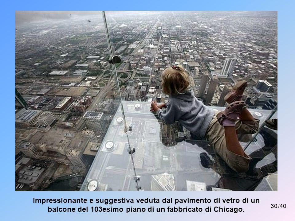 Impressionante e suggestiva veduta dal pavimento di vetro di un balcone del 103esimo piano di un fabbricato di Chicago.