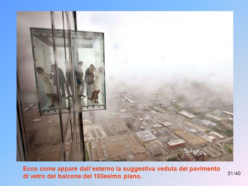 Ecco come appare dall'esterno la suggestiva veduta del pavimento di vetro del balcone del 103esimo piano.