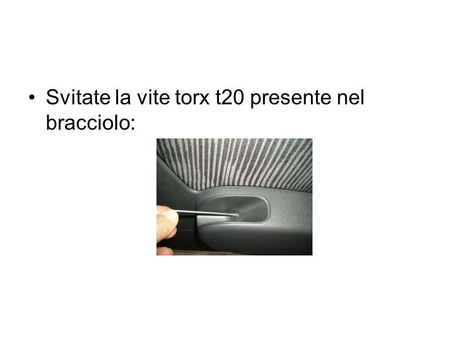 Svitate la vite torx t20 presente nel bracciolo: