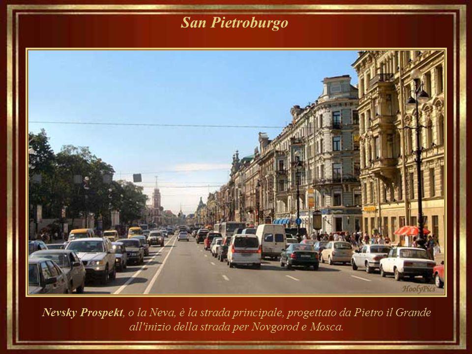 San Pietroburgo Nevsky Prospekt, o la Neva, è la strada principale, progettato da Pietro il Grande all inizio della strada per Novgorod e Mosca.