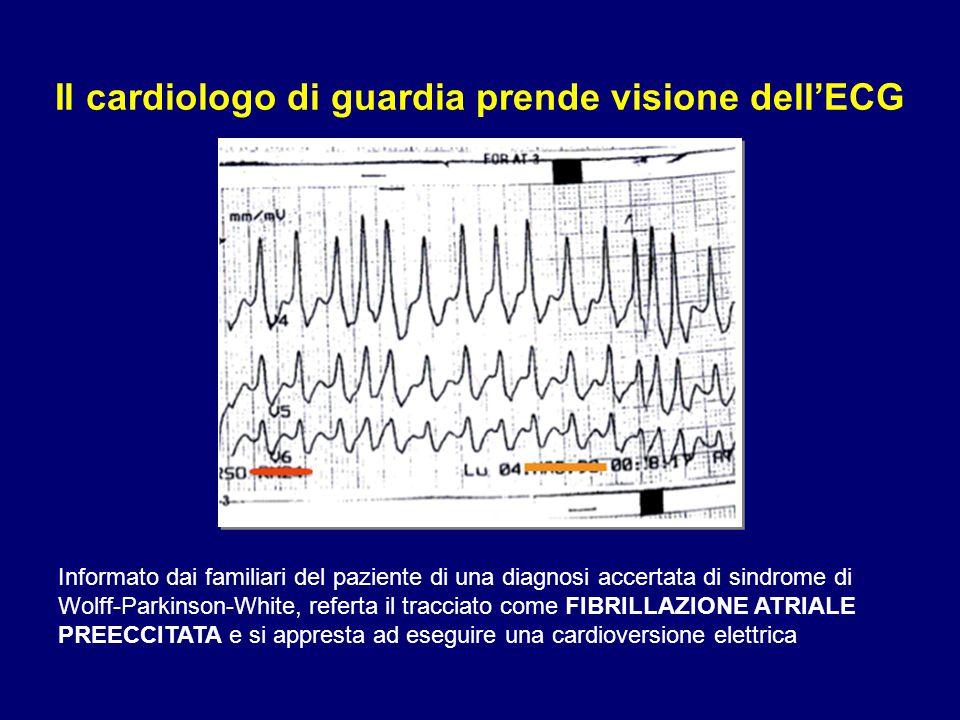 Il cardiologo di guardia prende visione dell'ECG