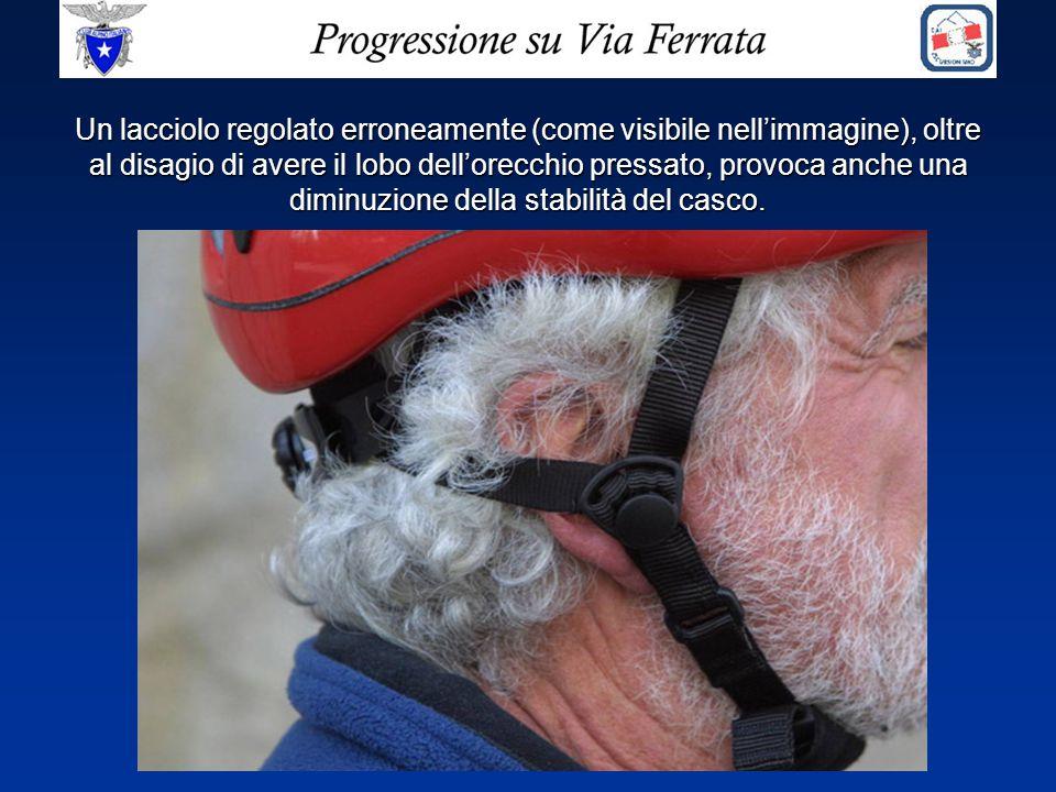 Un lacciolo regolato erroneamente (come visibile nell'immagine), oltre al disagio di avere il lobo dell'orecchio pressato, provoca anche una diminuzione della stabilità del casco.