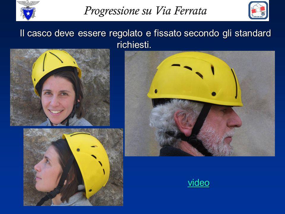 Il casco deve essere regolato e fissato secondo gli standard richiesti.