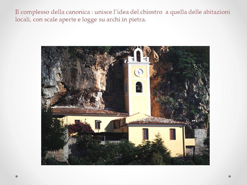 Il complesso della canonica : unisce l'idea del chiostro a quella delle abitazioni locali, con scale aperte e logge su archi in pietra.