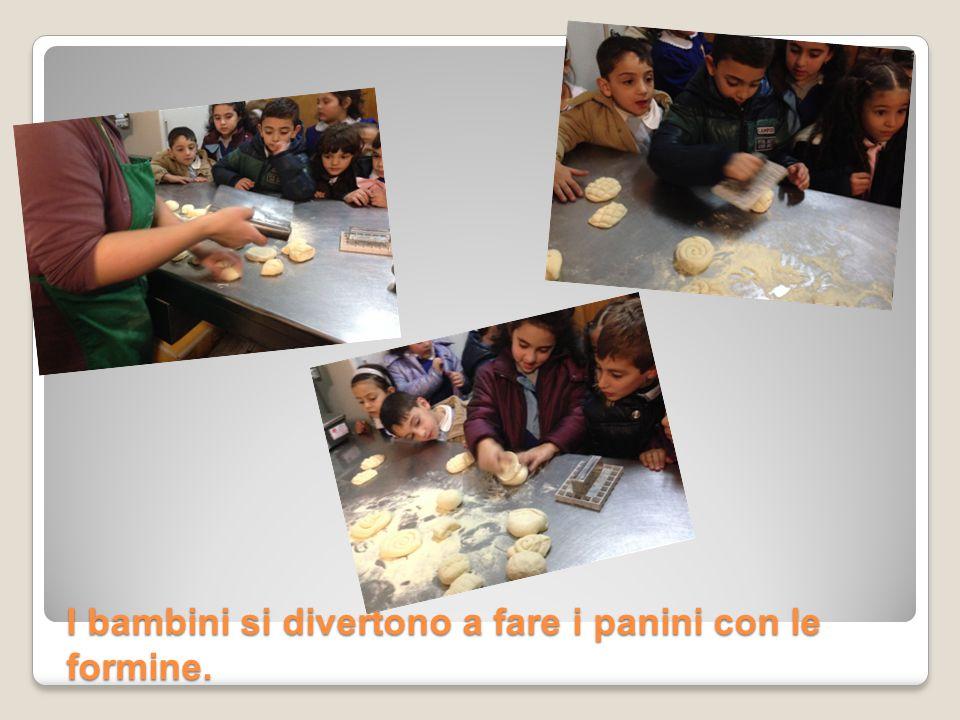 I bambini si divertono a fare i panini con le formine.
