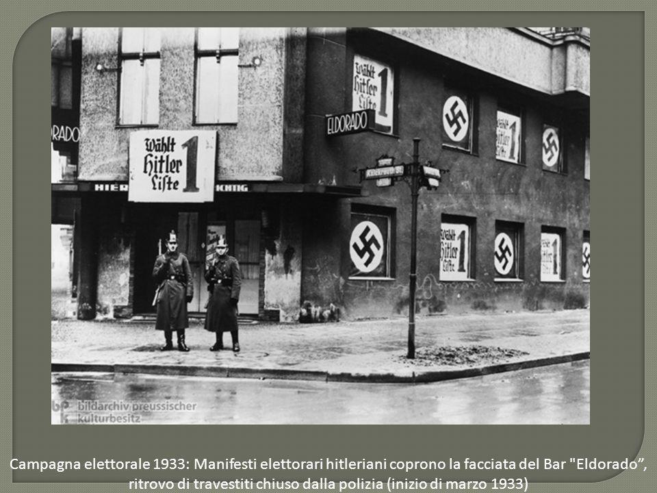 Campagna elettorale 1933: Manifesti elettorari hitleriani coprono la facciata del Bar Eldorado , ritrovo di travestiti chiuso dalla polizia (inizio di marzo 1933)